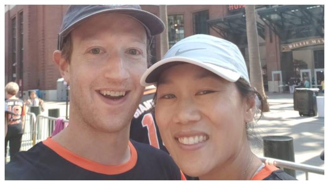 臉書甫上市,佐克柏(左)與當時擔任小兒科醫生的華裔女友Priscilla Chan(右)結婚了,這對新人在臉書上公佈結婚喜訊,獲60萬人按讚,兩人鶼鰈情深,育有二女。     圖/臉書創辦人Mark Zuckerberg臉書