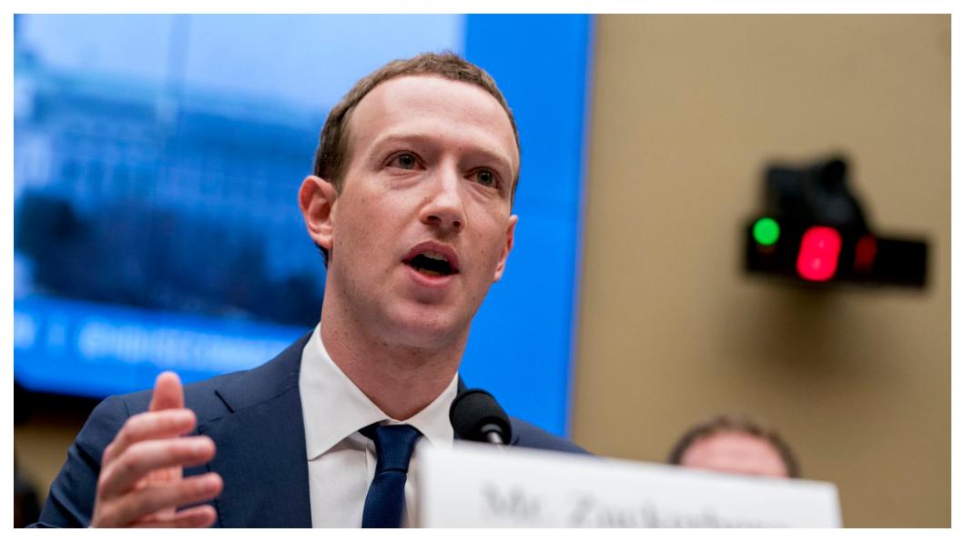 身陷「劍橋風暴」!今年3月,臉書遭爆外洩超過8700萬用戶個資,給業者「劍橋分析」使用、假新聞充斥,身為董事長兼CEO的佐克柏首度面對美國參眾議院議員聯合聲討,坦承犯錯並誓言改過。    圖/臉書創辦人Mark Zuckerberg臉書