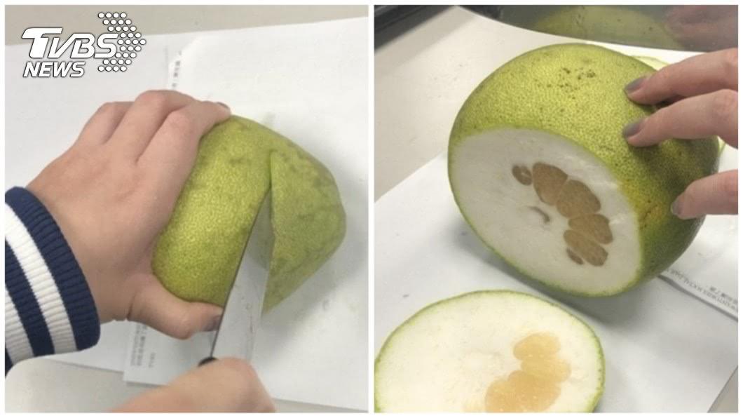 首先將柚子去頭尾,只要看到果肉即可。