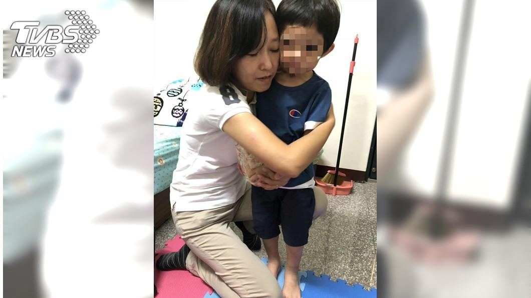 社會處長李季縈不捨男童受虐。圖/新竹市政府提供