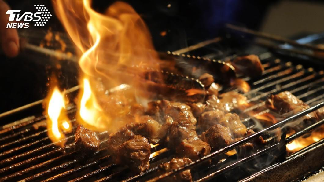 醫師提醒,民眾若是戴著隱形眼鏡烤肉時,距離火源千萬別太近。(示意圖/TVBS)