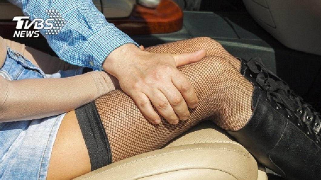 高雄市一名女警6年內2度偷吃男同事被抓包,甚至還在車內搞車震。(示意圖/TVBS) 女警6年出軌2次 對象專吃男同事