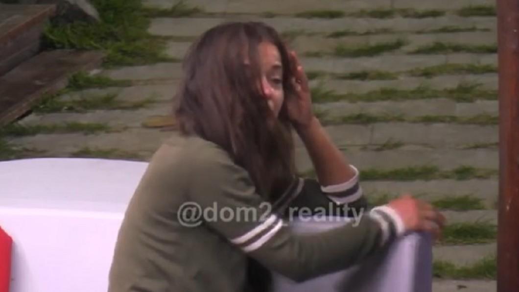 辣妹佩特里被踹之後,倒在地上痛哭。圖/翻攝自Instagram