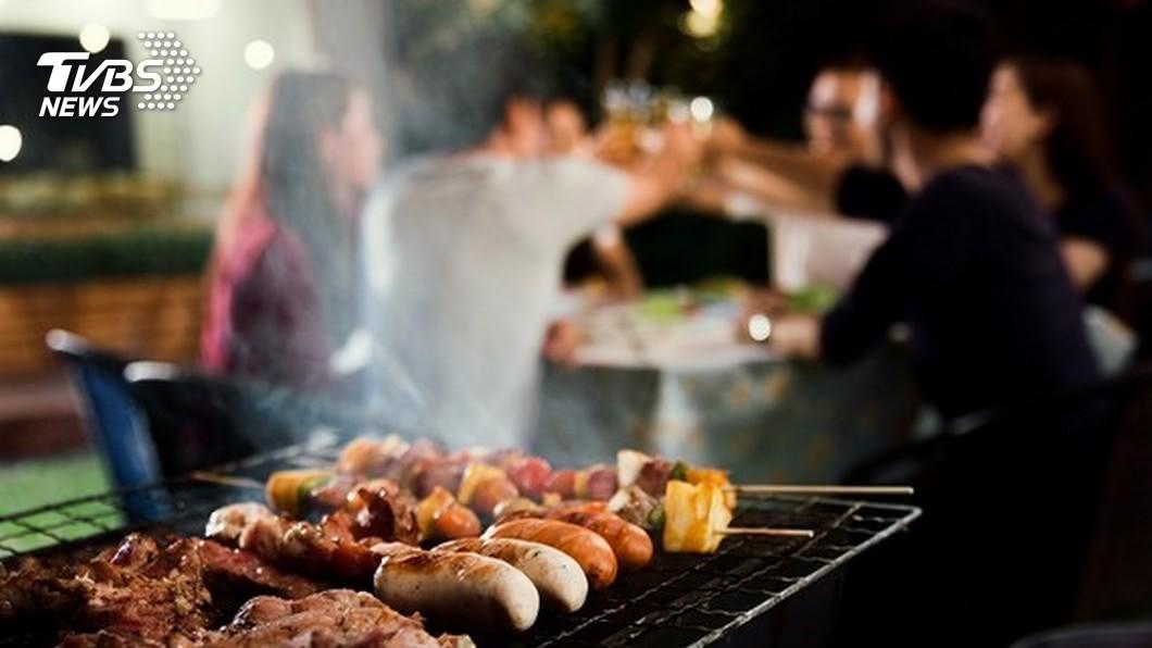 中秋節,民眾喜愛歡聚烤肉。示意圖/TVBS 中秋烤肉小心吃壞肚 大啖美食先注意5大重點