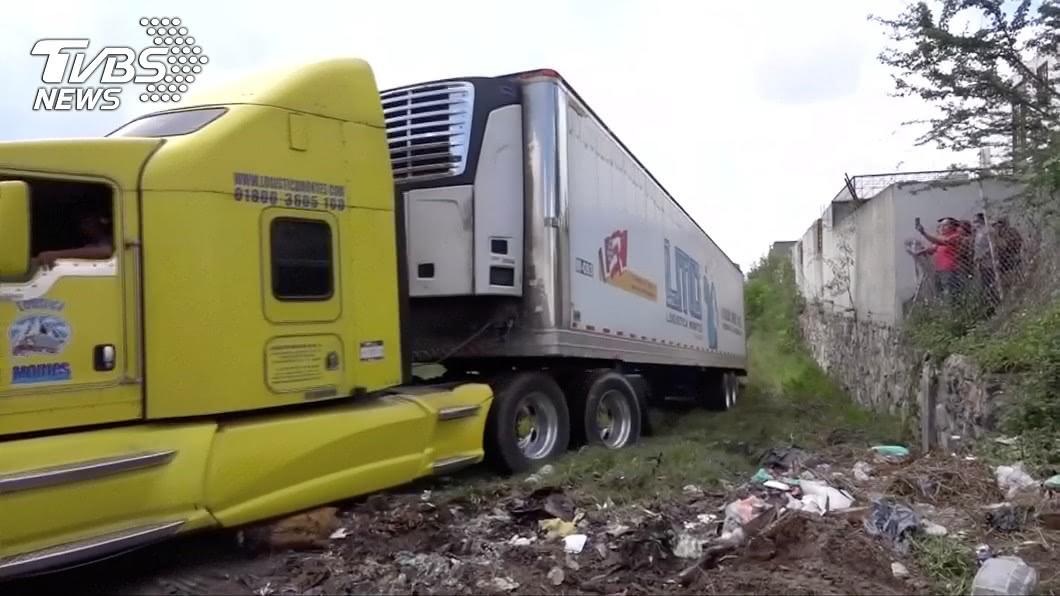 圖/達志影像路透社 驚悚!2貨櫃車塞滿395具屍體 失蹤者家屬急赴尋親