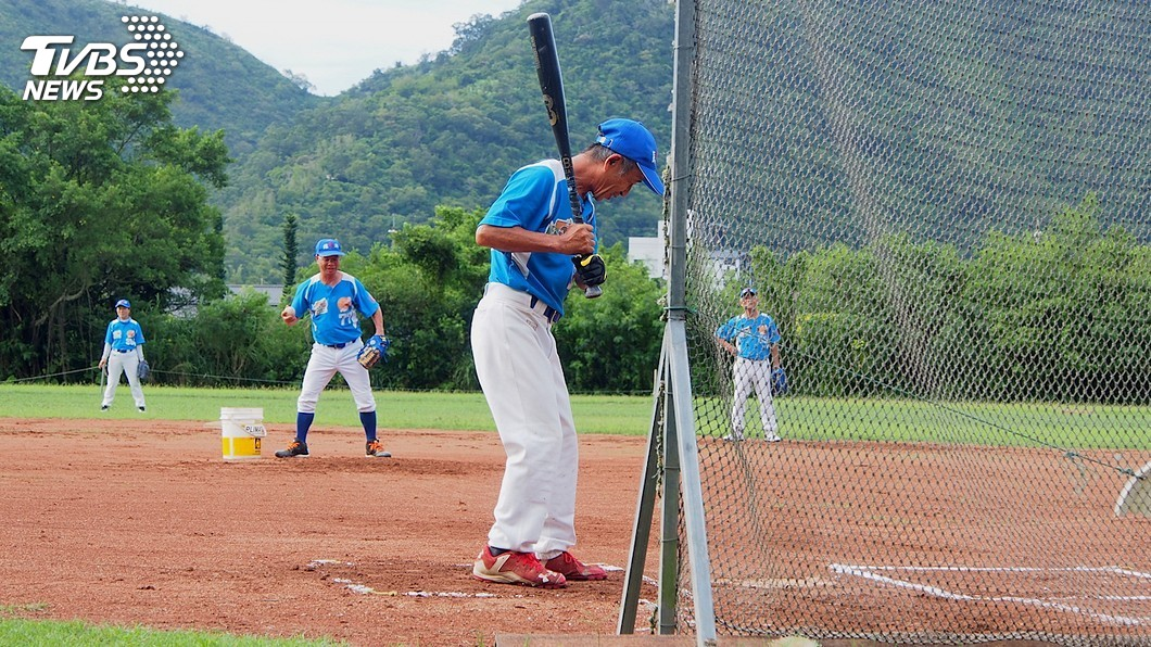 圖/中央社 喚醒長輩的野球魂 這支棒球隊夠老才能打