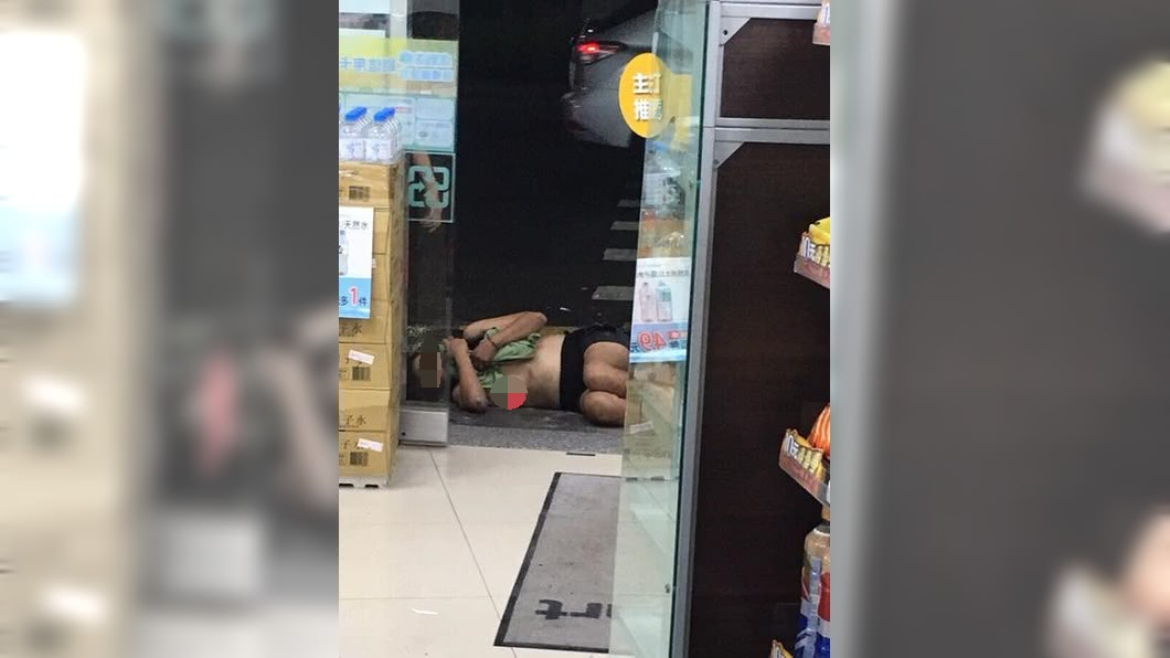圖/翻攝自爆料公社 酒醒會後悔死!半裸女醉倒超商門口被強制送醫