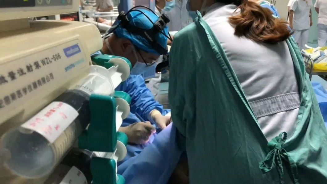 上海的醫療團隊終於趕到,經過緊急救治順利救回小雨一命。(圖/翻攝自微博)