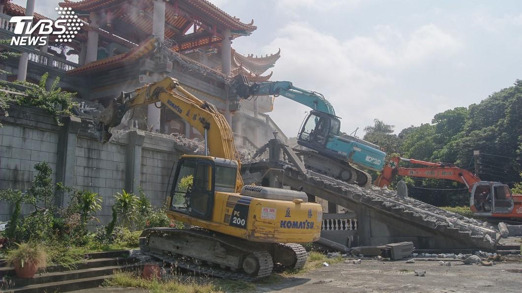 圖/中央社 碧雲禪寺違建拆除作業 過程大致平和