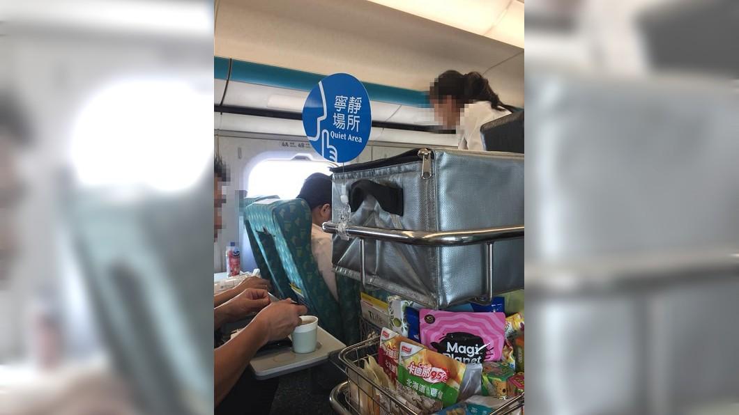 女網友分享搭高鐵時遇到奧客無理的行徑,替女服務員抱屈。(圖/翻攝自爆料公社臉書粉絲團) 高鐵奧客要求送餐到座位 她這樣做…網讚EQ好高