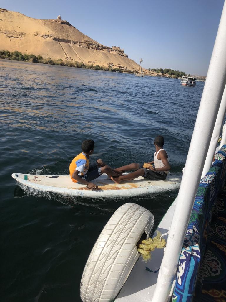 緊貼風帆船唱歌為了跟遊客拿小費