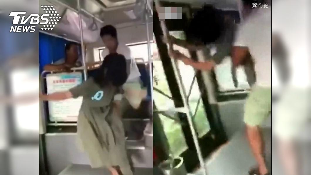 女子在公車上企圖逃跑,卻慘遭男子抓住。圖/翻攝影片 悚!女子公車驚逃 慘遭身後男硬抱走壓制