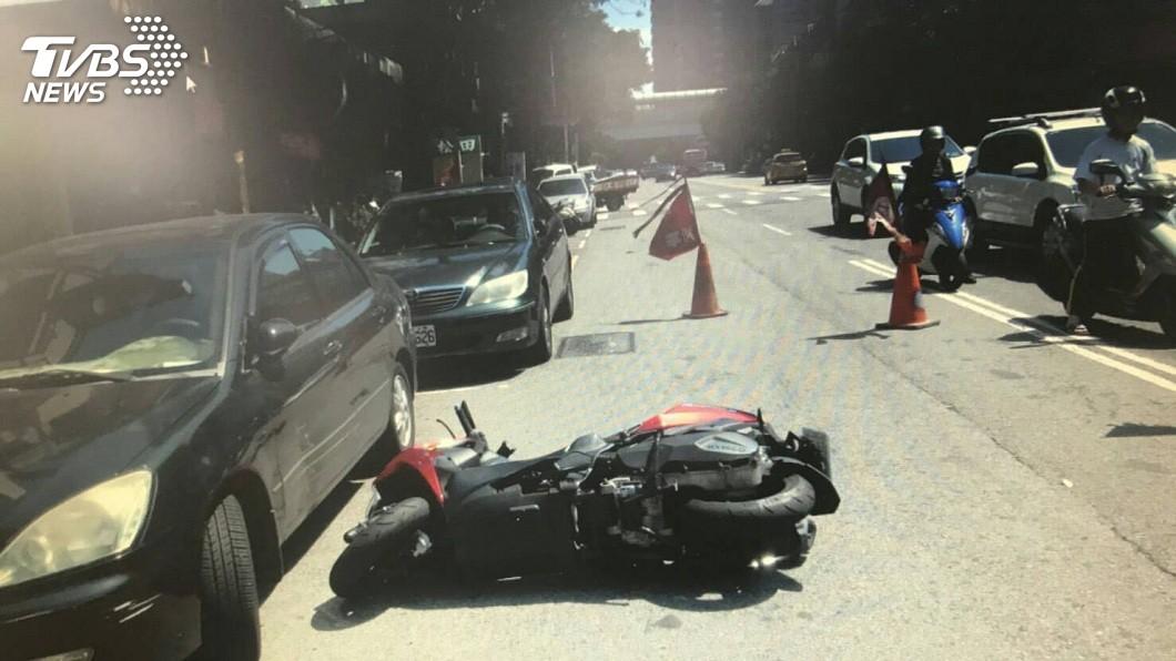 這起意外一共造成2名騎士受傷,所幸並無大礙。(圖/TVBS)