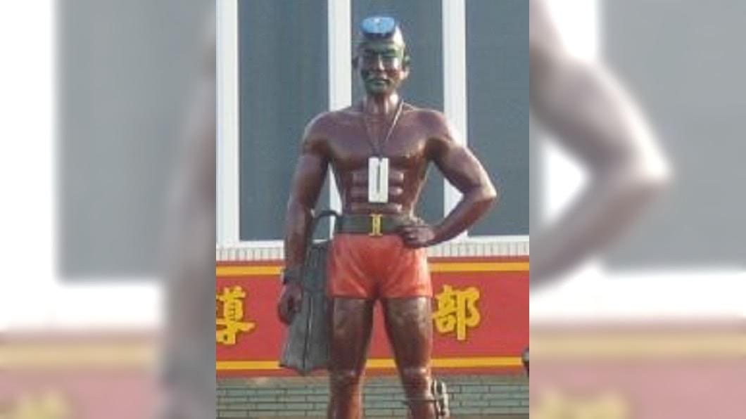 左營營區的老大哥雕像。圖/翻攝自陸戰隊兩棲偵搜特勤人員臉書社團