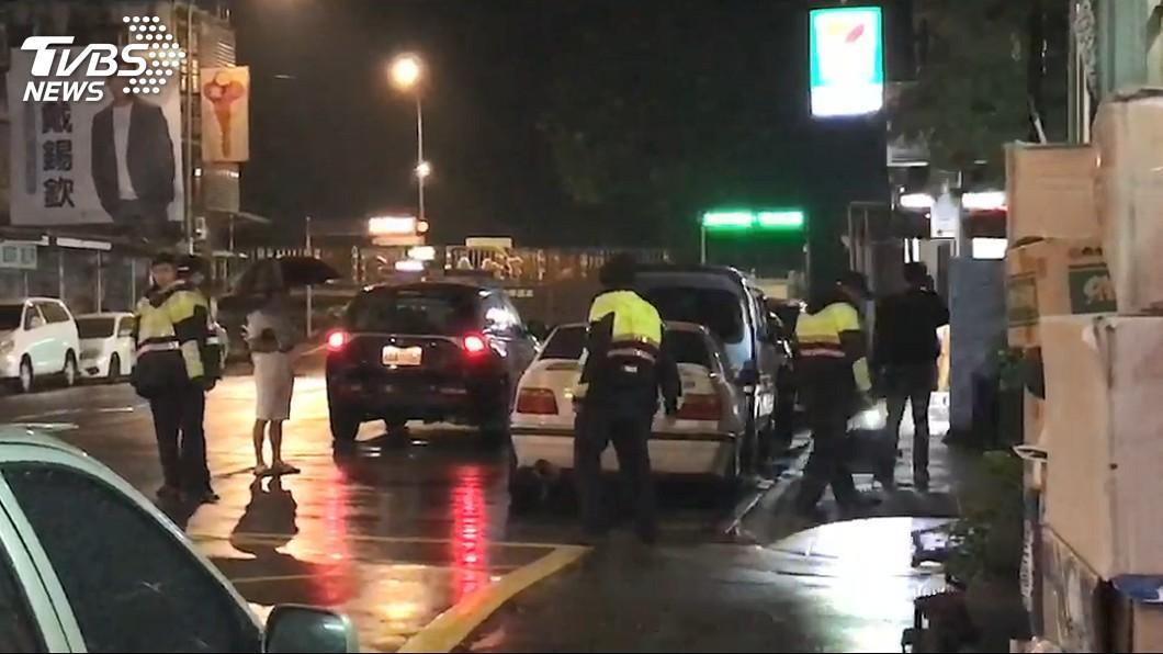 白色BMW27日凌晨遭開10多槍,黃男(撐傘者)表示疑行車糾紛遭尋仇。圖/民眾提供 疑行車糾紛遭尋仇 BMW停路邊驚見10多彈孔