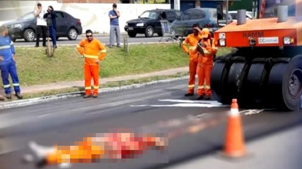 圖/翻攝自TV Colombo臉書 被嚇到?工人遭瀝青機輾過 當場肚破腸流慘死
