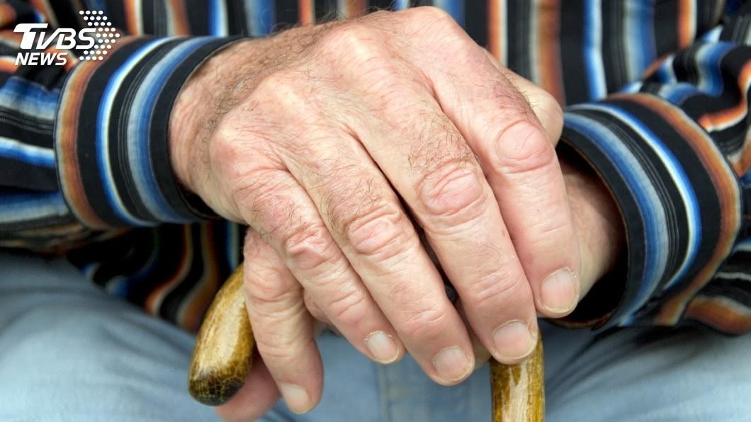 示意圖。圖/TVBS 年過50不注意這些事 當心尿騷、腐臭「老人味」纏身