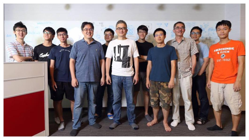 杜奕瑾(右六)認為,台灣應該把握未來黃金10年,台灣醫療體系健全,全民健保數據很完整,是AI能發揮的首選;此外,在智慧城市、無人機和語音辨識系統,也都是AI人才可發揮的機會。  圖/杜奕瑾臉書
