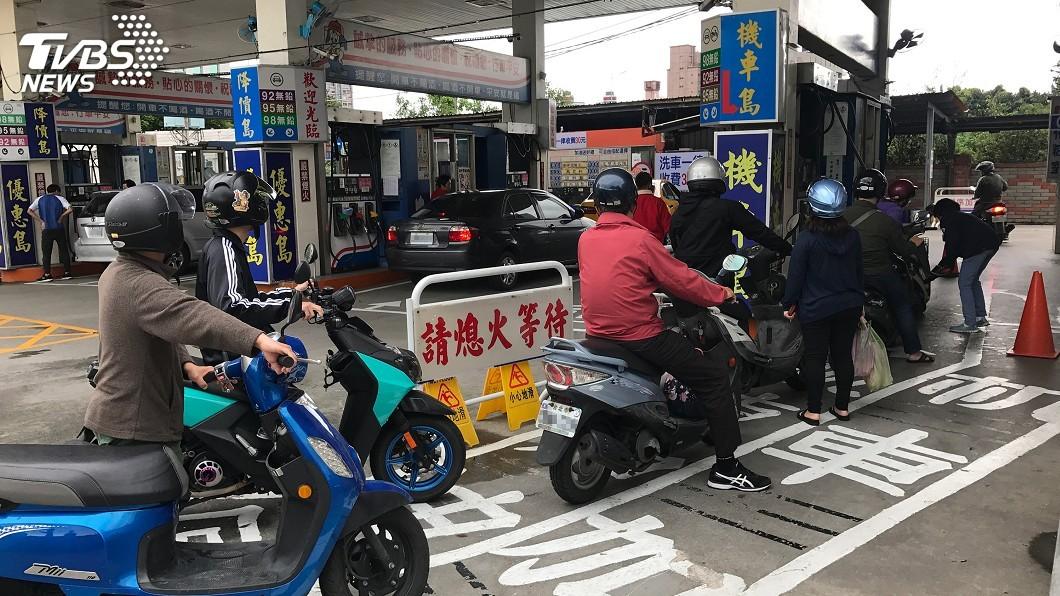 機車加油示意圖/中央社 騎士連說3次「加35元」 加油站員工反應讓他傻眼