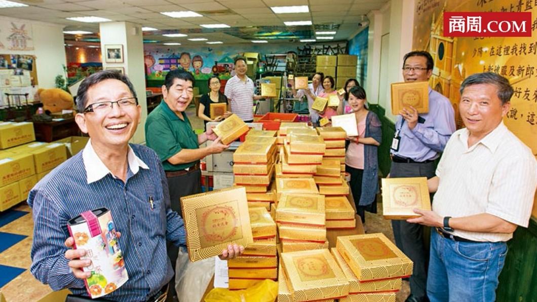 大黑松小倆口總經理邱義榮(左1)。圖/商周 【商周】一顆小月餅 藏老店求生三部曲
