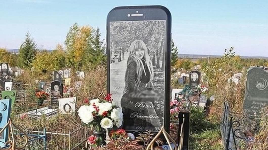 圖/翻攝自vk 死忠果粉!墓園驚見「iPhone 6墓碑」真相網淚崩