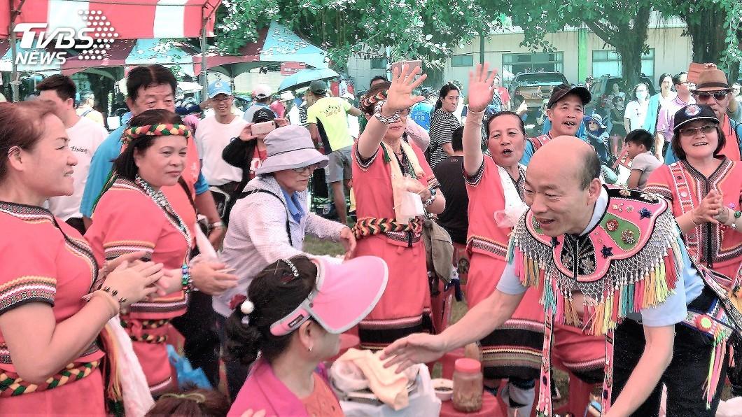圖/中央社 高人氣狂襲!韓國瑜現身豐年祭 原民嗨翻直接包圍