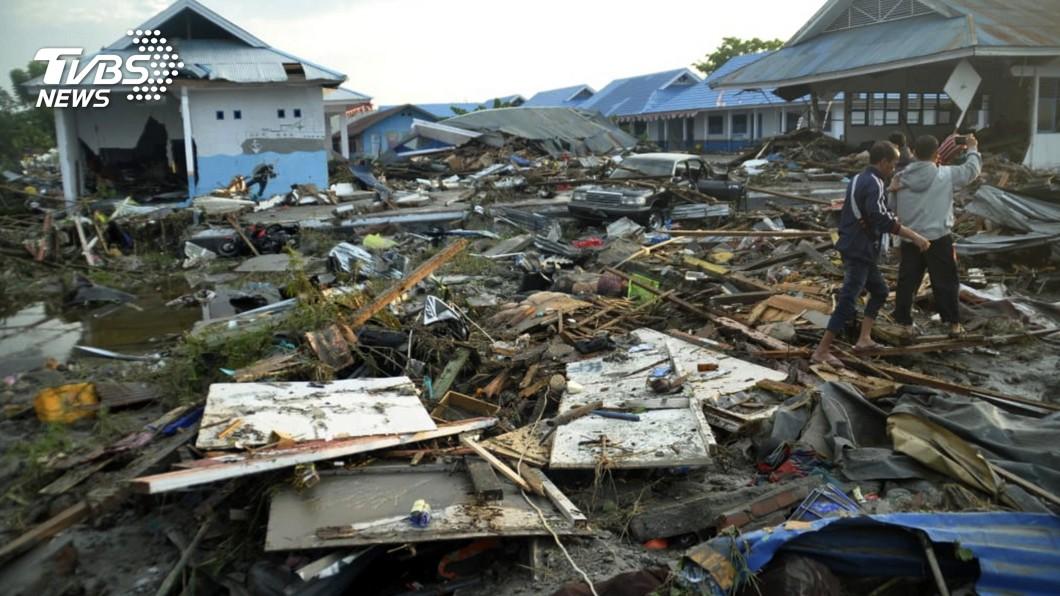 發生強震後,巴路市各建築物破損不堪。(圖/達志影像美聯社) 屍橫遍野!海嘯奪420條人命 印尼震央漁村恐遭滅村