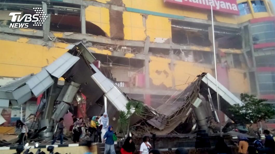 位在巴路市一間商場被強震震垮。(圖/達志影像路透社)