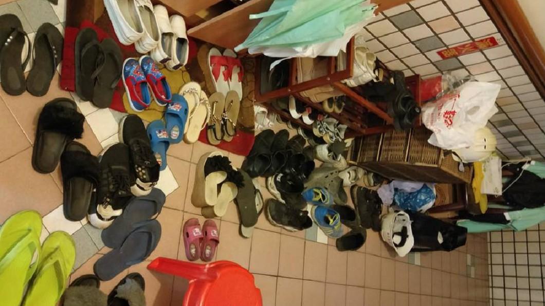圖/翻攝自爆怨公社 惡鄰!鞋子多到亂放他家、電梯口 網虧:其實是蜈蚣穴
