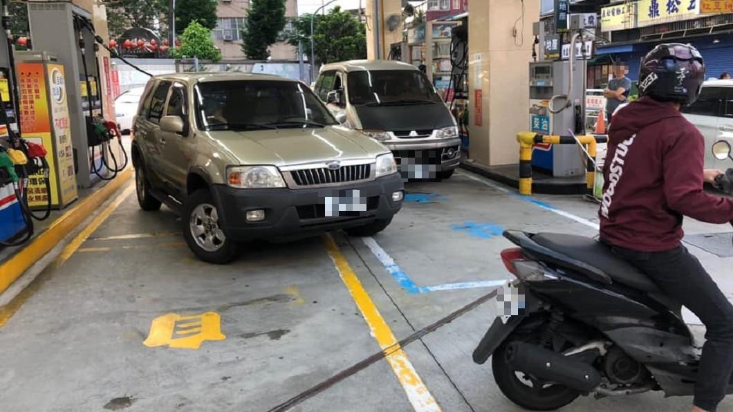 圖/爆廢公社 油箱在另一邊!車主「斜停拉油管」 擋旁車嗆:等一下