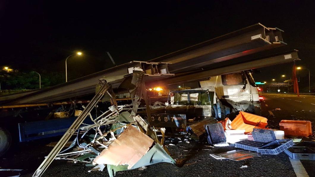 圖/TVBS 拖板車國道失控「20根鋼梁飛出」 3車追撞超驚險