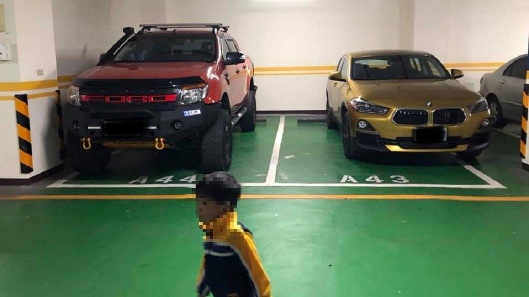 有網友看到停車場內,2輛名車彼此距離超遠。(圖/翻攝自爆廢公社) 越野硬漢和BMW「相互尊重」 隱形結界被讚:內行的