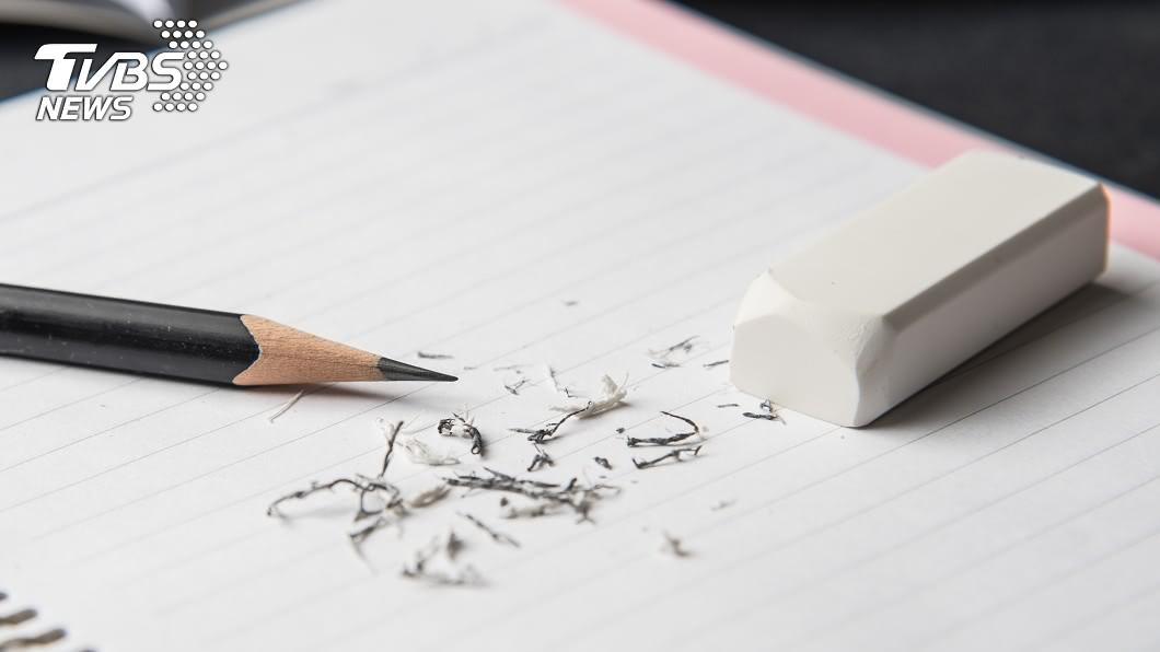 一名媽媽睡前簽聯絡簿,才發現就讀小五的兒子明天要帶2B鉛筆,讓她崩潰不知道去哪裡買。示意圖,圖/TVBS 睡前簽聯絡簿才看到「準備2B鉛筆」 媽崩潰:去哪生?