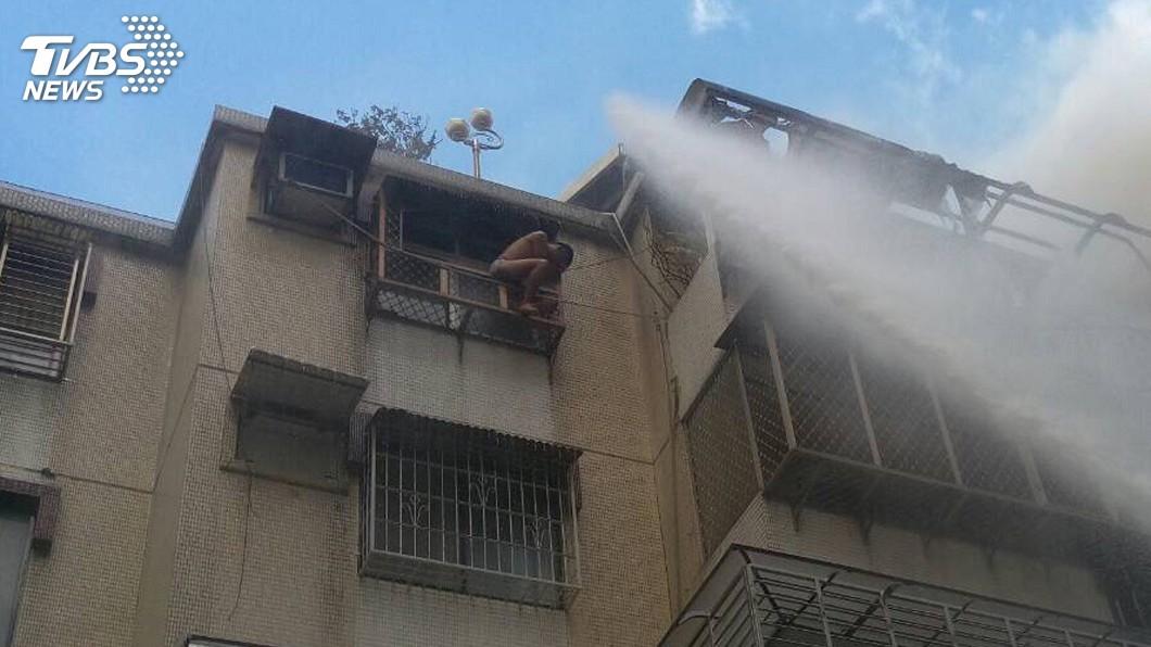 圖/中央社 北市士林民宅火災 受困男子獲救送醫