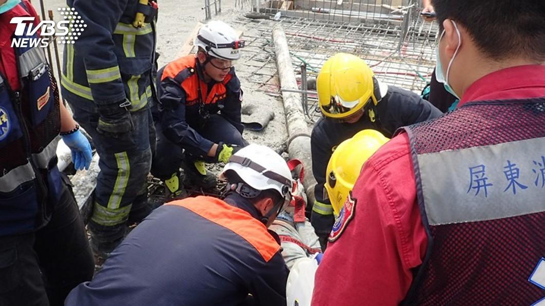 圖/中央社 大樓灌漿輸送管脫落 屏東2工人搶救後不治