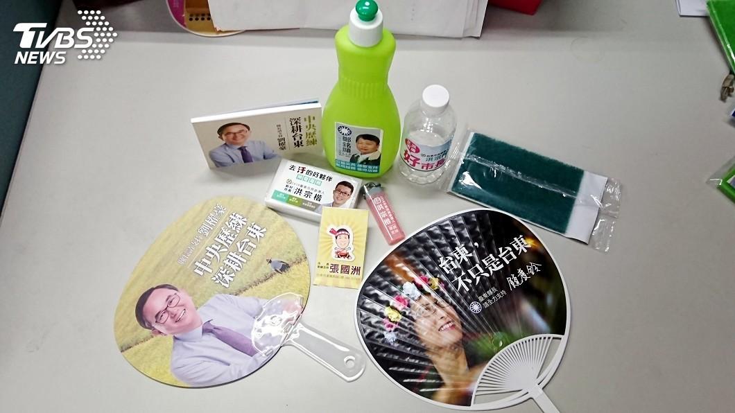 圖/中央社 選戰文宣品鎖定「菜籃族」 藍綠在廚房大團結