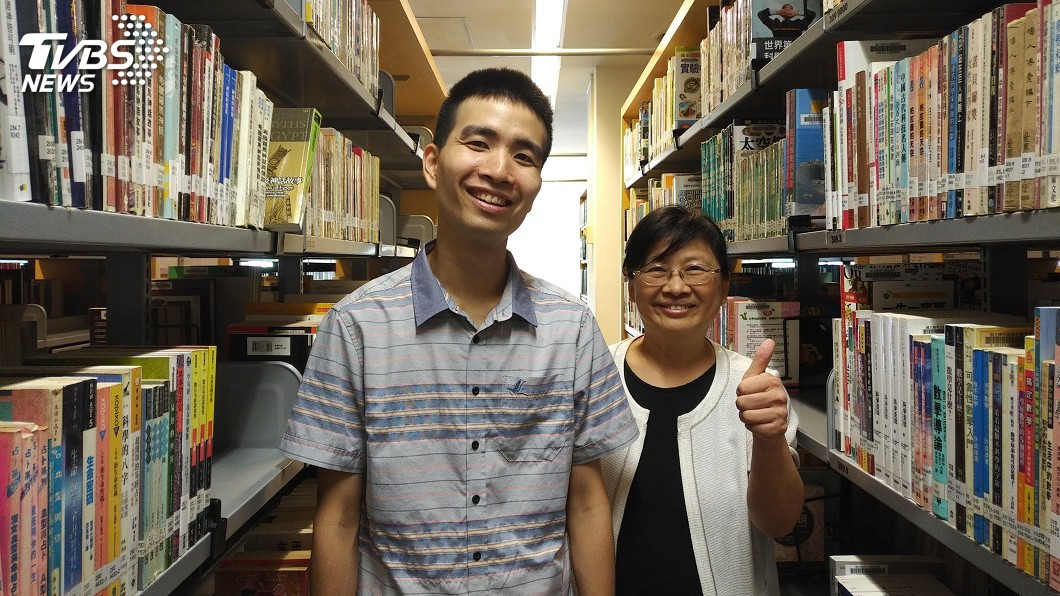 圖/中央社 讓圖書館書本整齊歸位 他獲選優秀身心障礙勞工
