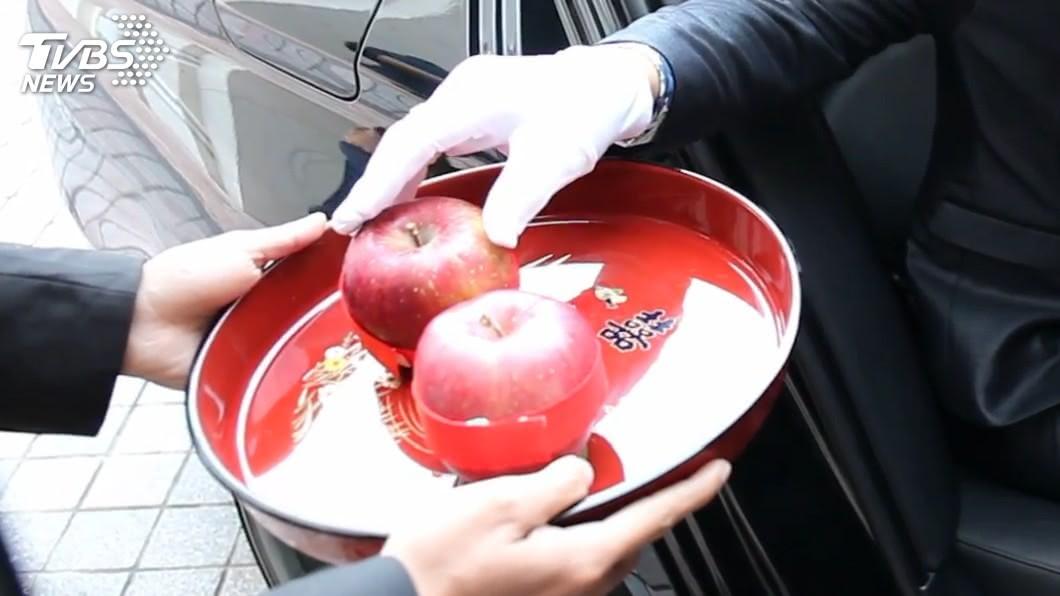新郎到女方家「拜轎」時,女方家會準備兩顆蘋果,讓新郎摸一下象徵平安。圖/卓敬涵 提供 迎娶少東西 婚攝神救援「兩顆昂貴蘋果」逗樂長輩