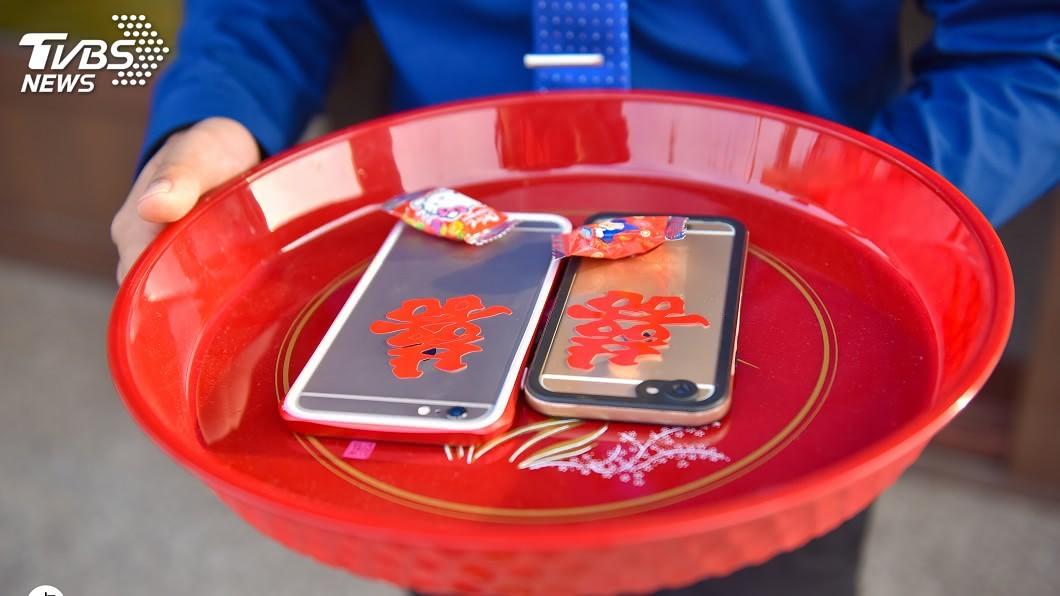 女方家忘記準備蘋果,婚攝神救援借「蘋果手機」化解尷尬。圖/卓敬涵 提供