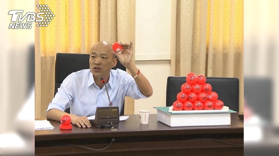 國民黨高雄市長候選人韓國瑜2016年召開記者會,端出30顆曲棍球向段宜康下戰帖,表示自己操守經得起考驗,「我一盤跟你賭一顆。」圖/TVBS 韓國瑜菜蟲案簽結 網友笑問段宜康:曲棍球呢?