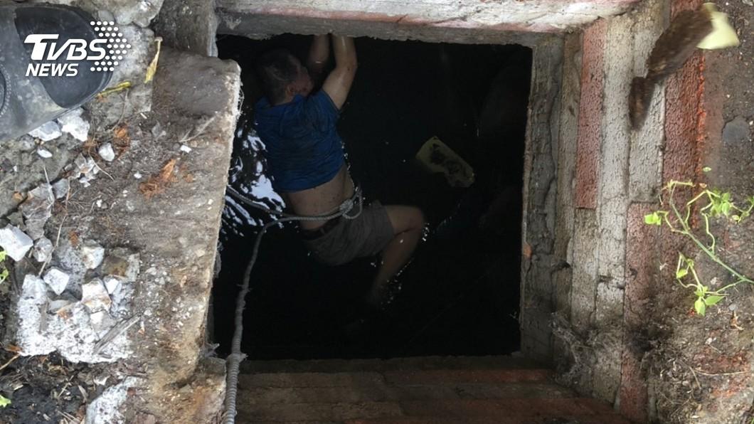 圖/警方提供 中年男踩破水溝蓋 失足落涵洞 警消急救援脫險