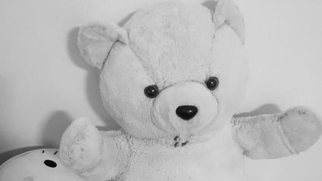 圖/翻攝爆廢公社 電腦突黑屏!螢幕反射熊娃娃床邊猛盯 她嚇壞:救救我