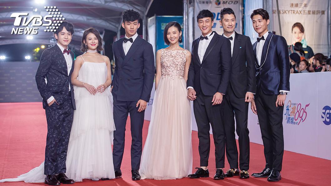何潤東率領《翻牆的記憶》所有入圍演員及老婆Peggy(林姵希)踏上紅毯。(圖/TVBS)