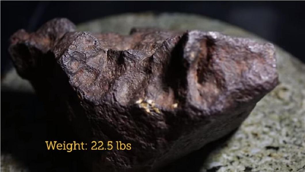 美國一名農夫把家中擋門石送去檢驗,沒想到是一塊隕石,價值約10萬美金。(圖/翻攝自YouTube) 一塊不起眼石頭…農夫拿來擋門30年 竟是300萬隕石
