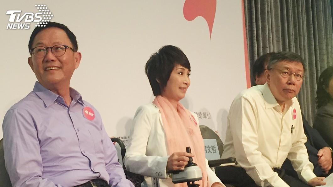 圖/中央社 丁守中、柯文哲同台握手 丁籲進行電視辯論