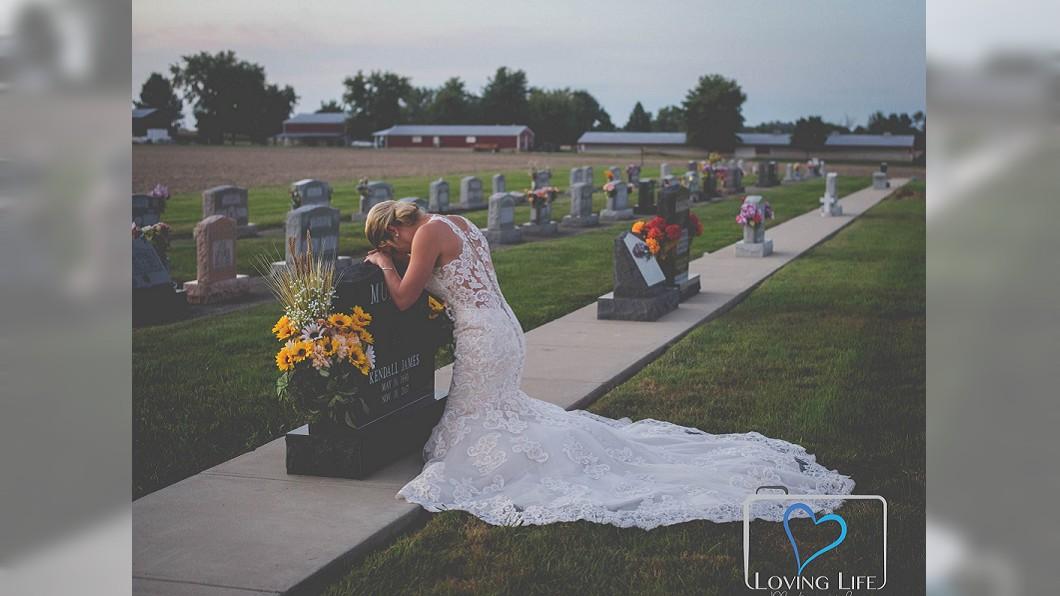 圖/翻攝自Loving Life Photography臉書 來不及嫁給他 消防員未婚妻「墓前婚紗照」秒催淚