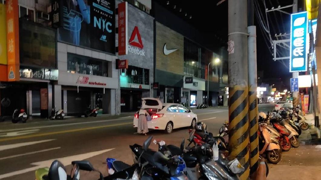 有網友在9日凌晨4點多,發現一輛轎車竟然直接大剌剌地停在逢甲夜市的四線道馬路上。(圖/翻攝自爆料公社) 半夜車停四線道中央…三寶開後車廂找東西 網怒:找死嗎