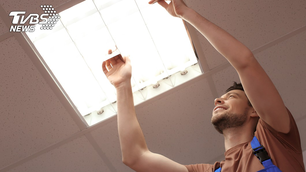 示意圖/TVBS 他幫換電燈泡 燈罩一拆下來...竟是一盤「蟑螂塚」