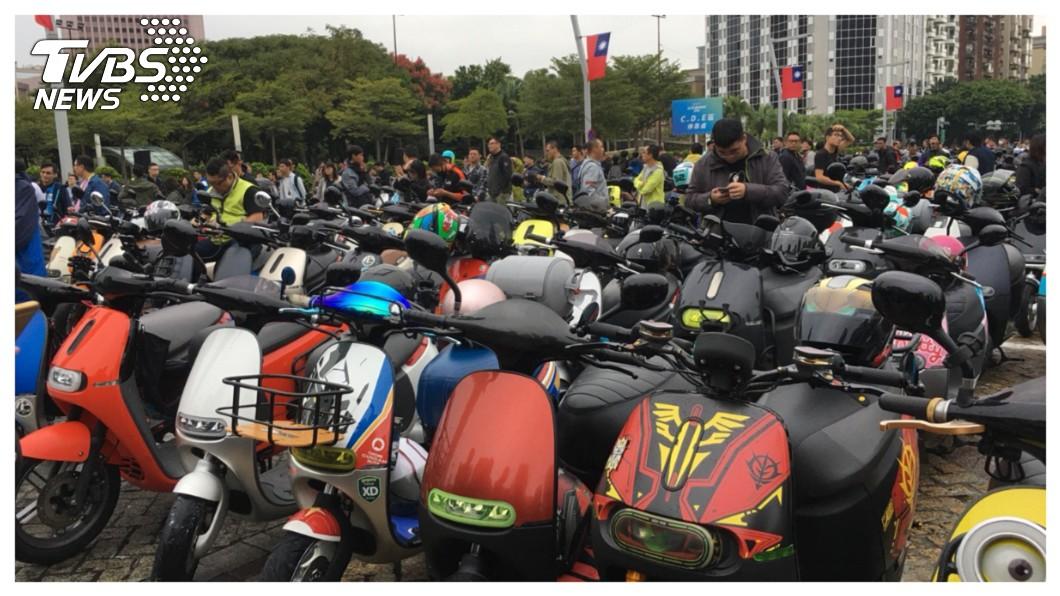 7日在台北市府廣場,一共聚集1303輛Gogoro電動車在台北完成「最大規模電動機車遊行』,創下新的金氏世界紀錄!,但是對Gogoro創辦人陸學森(Horace Luke)來說,這只是他「改變世界」的第一步。  圖/TVBS