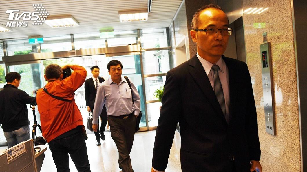 中影股份有限公司經理楊文山(右)11日率律師與相關 人員,到黨產會台北辦公室,與黨產會官員協商。圖/中央社